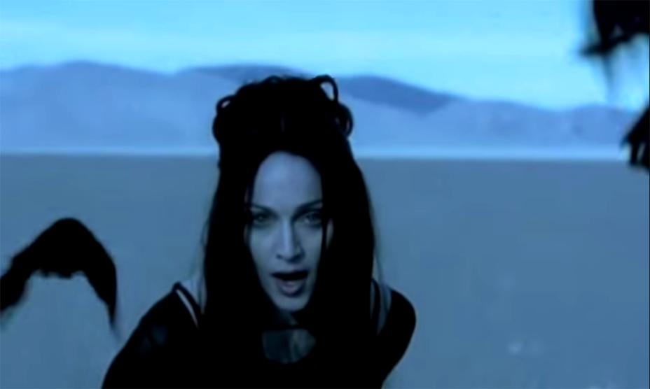 """<strong>4. <a href=""""https://www.youtube.com/watch?v=XS088Opj9o0"""" rel=""""Madonna – Frozen"""" target=""""_blank"""">Madonna – Frozen</a> - Cuddeback Lake, dentro do Deserto de Mojave, Califórnia, <a href=""""http://viajeaqui.abril.com.br/paises/estados-unidos"""" rel=""""Estados Unidos"""" target=""""_self"""">Estados Unidos</a></strong>                        Uma vez rainha, sempre rainha! Polêmicas à parte, não dá pra negar que Madonna é uma eterna inspiração para todas as artistas pop. O álbum <em>Ray of Light </em>foi um marco na carreira da cantora, que apareceu mais madura em suas composições. <a href=""""http://www.youtube.com/watch?v=XS088Opj9o0"""" rel=""""Assista aqui"""" target=""""_blank""""><strong>Assista aqui</strong></a>                        <em><a href=""""http://www.booking.com/city/us/mojave.pt-br.html?sid=efe6c9de408bb8d78e20e017e616e9f8;dcid=1?aid=332455&label=viagemabril-locacoes-de-videoclipes"""" rel=""""Veja preços de hotéis em Mojave no Booking.com"""" target=""""_blank"""">Veja preços de hotéis em Mojave no Booking.com</a></em>"""