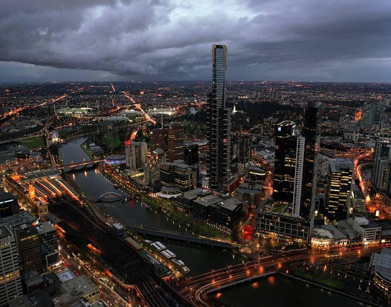 Vista de parte do centro de Melbourne, com o Victoria Gardens, Kings Domain e o Parque Olímpico se espalhando às margens do rio Yarra