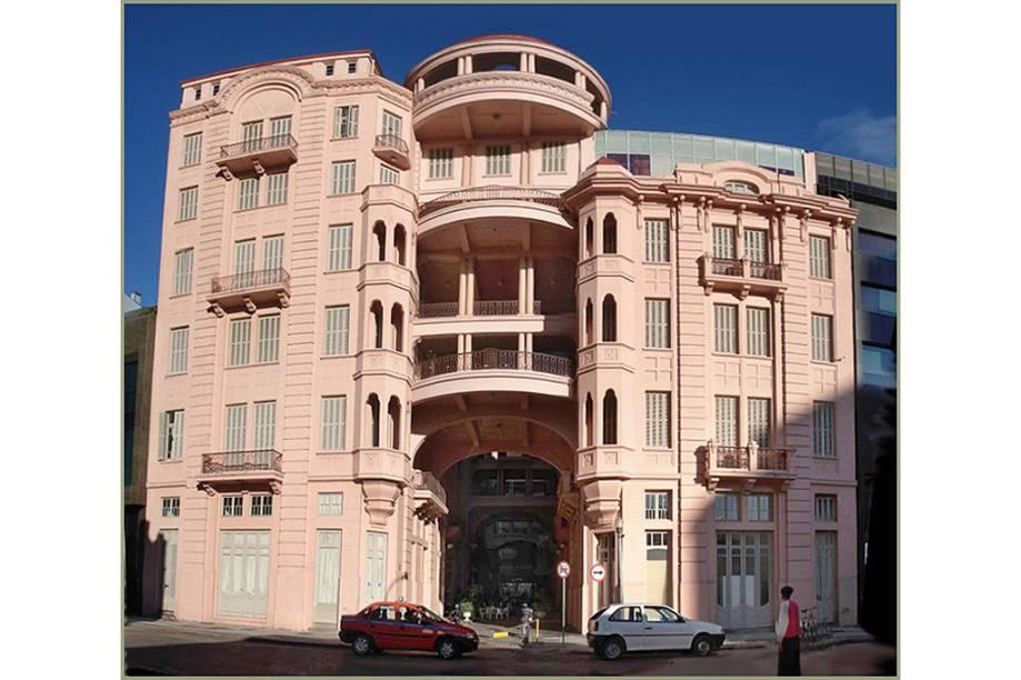 """<a href=""""http://viajeaqui.abril.com.br/estabelecimentos/br-rs-porto-alegre-atracao-casa-de-cultura-mario-quintana"""" rel=""""Casa de Cultura Mário Quintana""""><strong>Casa de Cultura Mário Quintana</strong></a>Decadente, o hotel Majestic – o mais luxuoso de Porto Alegre no início do século 20 – já estava prestes a fechar as portas quando hospedou Mário Quintana, de 1968 a 1980. Restaurado, o prédio exibe, em seus sete andares, acervos sobre o poeta (com a reprodução do quarto onde ele viveu) e sobre a cantora Elis Regina. Há também exposições temporárias e cinema. O jardim do quinto andar e o café, no sétimo, também devem fazer parte da visita.<strong>Onde:</strong> Rua dos Andradas, 738 (Centro)<strong>Horário de Funcionamento:</strong> de terça a sexta, das 09h às 21h; Sábados e domingos, das 12h às 21h"""