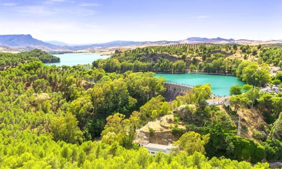 <strong>Parque Nacional de Ardales, Málaga, Espanha</strong> Cercado por florestas e rochas, esse belo parque ainda abriga belos lagos de águas cristalinas, que podem ser atravessadas de barco. O clima tranquilo é ideal para viagens de famílias com crianças<em></em>
