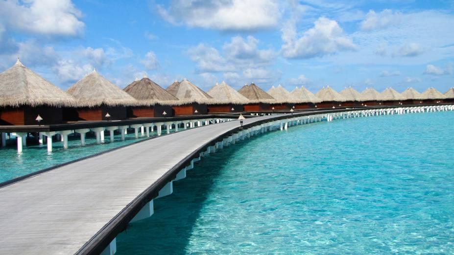 Nas Maldivas, o que não faltam são resorts luxuosos, construídos em bangalôs e ao redor de ilhas artificiais. Na foto, o deck e os bangalôs do resort da rede Taj