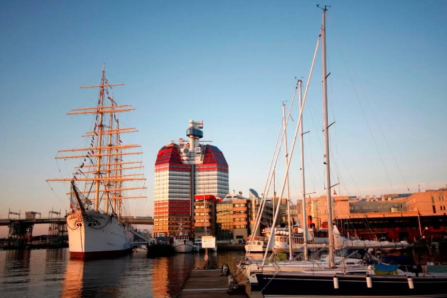 O edifício Little Boom é uma das marcas registradas do skyline de Gotemburgo, Suécia. Desenhado por Ralph Erskine nos anos 1980, junto a ele encontra-se a embarcação Barken Viking, hoje um hotel