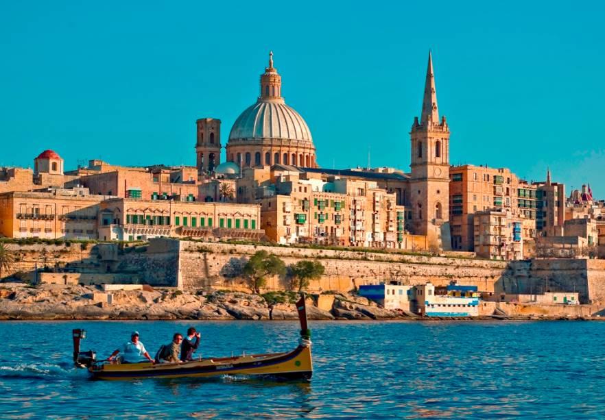 A cidade de Valletta, vista a partir da baía de Marsamxet, em Malta