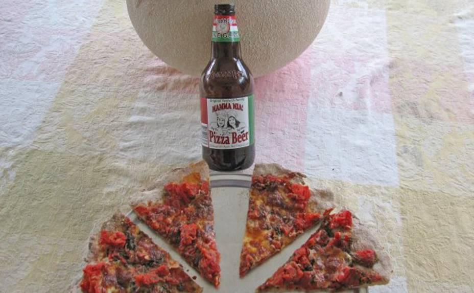 Feita para atingir um público que gosta de pizza e de cerveja (ou seja, com alto alcance), a <strong>Mamma Mia Pizza Beer</strong> foi criada por um casal de cozinheiros americanos. Leva tomates, alho e essência de Marguerita