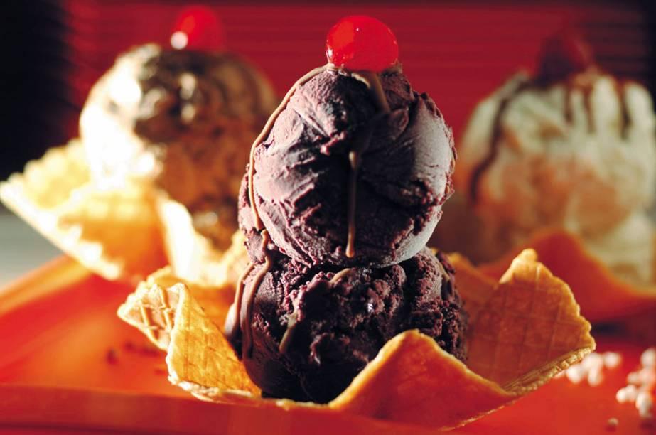 """A sorveteria <a href=""""http://viajeaqui.abril.com.br/estabelecimentos/br-am-manaus-restaurante-glacial"""" rel=""""Glacial"""" target=""""_blank""""><strong>Glacial</strong></a>, a mais famosa de <a href=""""http://viajeaqui.abril.com.br/cidades/br-am-manaus"""" rel=""""Manaus"""" target=""""_blank"""">Manaus</a>(AM), produz gelados com sabores amazônicos, entre eles, tucumã e cupuaçu. Na foto, duas bolas de sorvete de açaí na casquinha"""