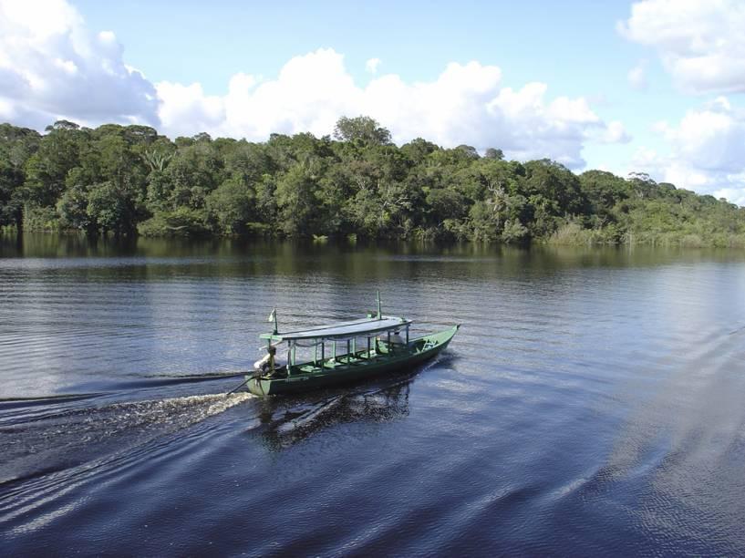 Os Rios Negro e Solimões correm lado a lado por seis quilômetros até virarem o maior do mundo, o Rio Amazonas (AM), na foto