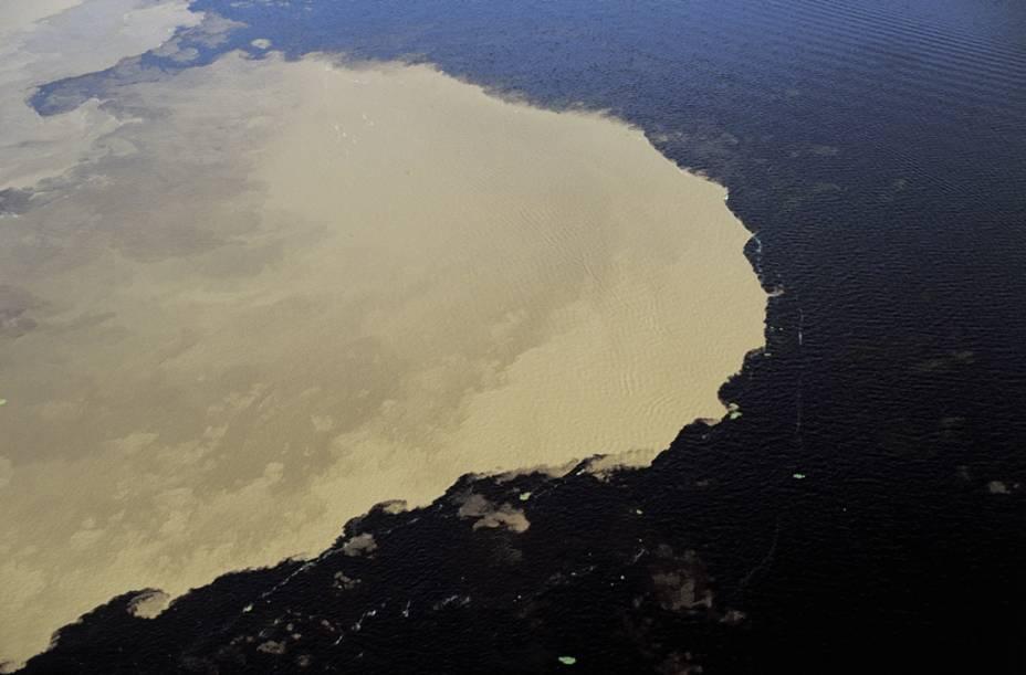 """Presenciar o <a href=""""http://viajeaqui.abril.com.br/estabelecimentos/br-am-manaus-atracao-encontro-das-aguas"""" rel=""""encontro das Águas do Rio Negro com o Rio Solimões"""" target=""""_blank"""">encontro das Águas do Rio Negro com o Rio Solimões</a> (AM) é uma atração oferecida por agências de viagem. Confira no link as indicações do GUIA QUATRO RODAS"""
