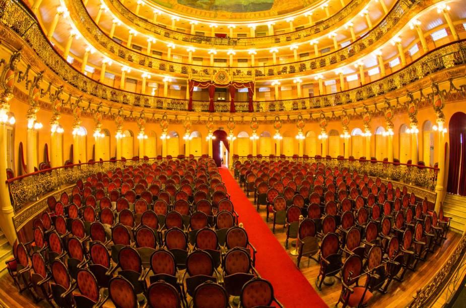 """Visão das cadeiras e camarotes do belo <strong><a href=""""http://viajeaqui.abril.com.br/estabelecimentos/br-am-manaus-atracao-teatro-amazonas"""" rel=""""Teatro Amazonas"""" target=""""_blank"""">Teatro Amazonas</a></strong>"""