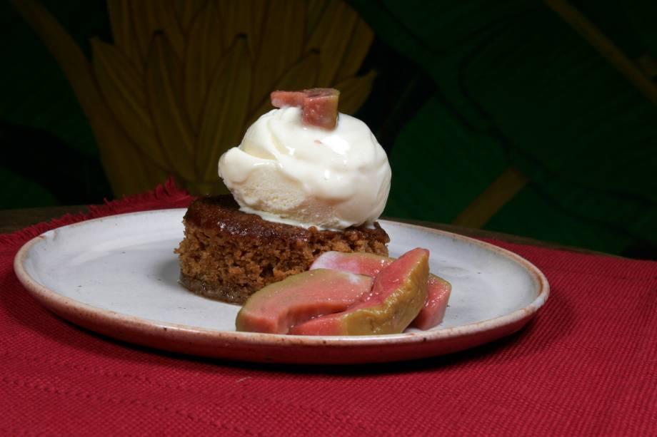 """<a href=""""http://viajeaqui.abril.com.br/estabelecimentos/br-rj-paraty-restaurante-banana-da-terra"""" rel=""""Banana da Terra"""" target=""""_blank""""><strong>Banana da Terra</strong></a>O sotaque caiçara aparece nas criações da chef Ana Bueno. A banana que dá nome à casa entra na receita de moquecas e tortas. Uma das sobremesas, o manuê de bacia (bolo com melado decana), é uma releitura do doce trazido pelos colonizadores de Paraty<br /><strong>Onde: </strong>R. Dr. Samuel Costa, 198 (Centro Histórico); <strong>tel.: </strong>(24) 3371-1725<br /><strong>Horário de funcionamento: </strong>segunda, quarta e quinta, das 18h às 0h, sexta a domingo, das 12h às 16h e das 19h às 0h"""