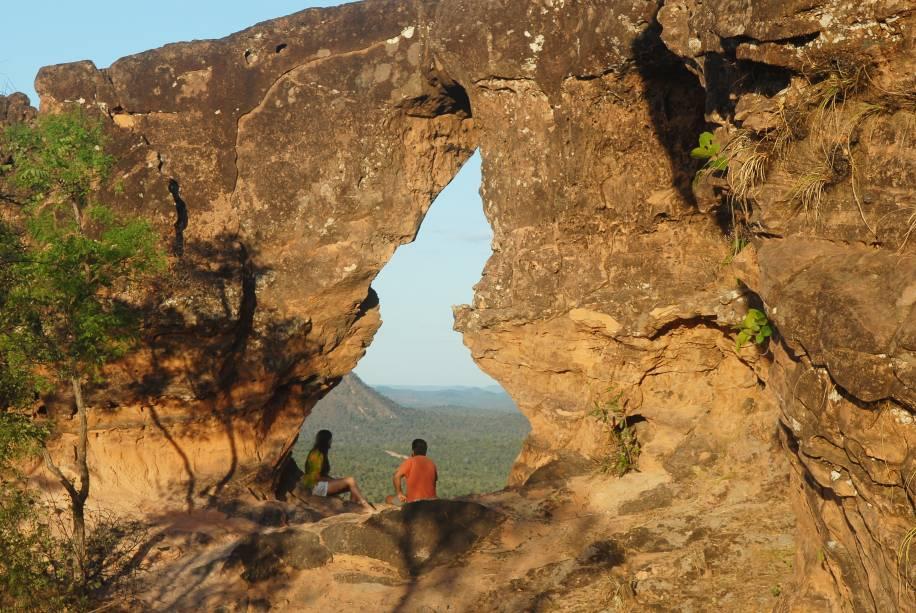 """<a href=""""http://viajeaqui.abril.com.br/estabelecimentos/br-ma-carolina-atracao-chapada-das-mesas"""" rel=""""Chapada das Mesas"""" target=""""_blank""""><strong>Chapada das Mesas</strong></a>    Portal da Chapada: no alto de um paredão, a ação do vento abriu uma fenda com a forma do mapa do Tocantins, estado que está bem ao lado da Chapada das Mesas, Maranhão"""