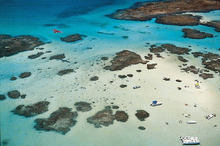 """<a href=""""http://viajeaqui.abril.com.br/cidades/br-al-maragogi"""" rel=""""Maragogi"""" target=""""_self"""">Maragogi</a> (AL) é uma das grandes atrações do Nordeste que bombam durante o verão! As famosas <strong>Galés</strong>, que formam o maior conjunto de piscinas naturais do Estado, podem ser exploradas através de passeios de catamarã durante a maré baixa"""