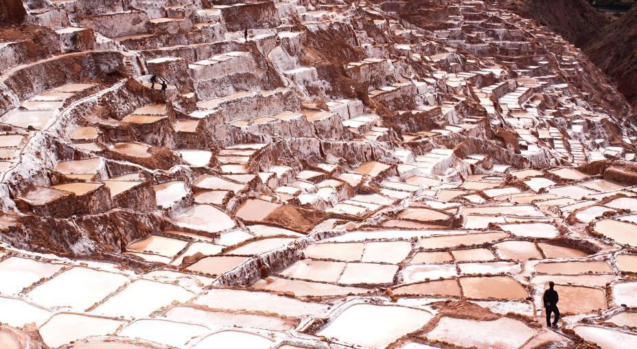 <strong>Maras</strong>    As Salinas de Maras são um conjunto de mais de 4 mil tanques de sal cristalizado, vindo de uma fonte de água subterrânea. Ela funciona há mais de 500 anos com uma produção totalmente artesanal a cargo das comunidades locais. Cada poça produz cerca de 300 quilos de sal por mês. O passeio faz parte do roteiro do Vale Sagrado