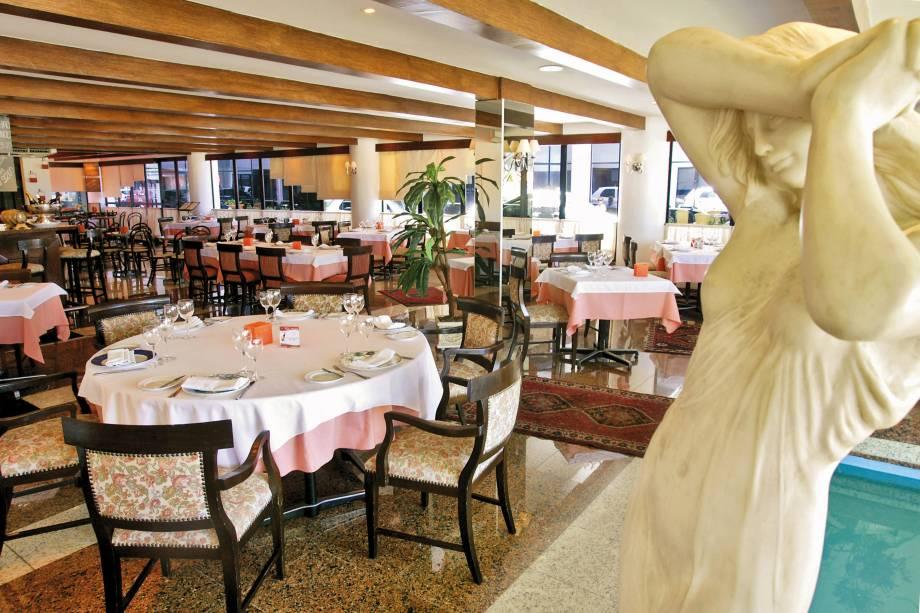 """<a href=""""http://viajeaqui.abril.com.br/estabelecimentos/br-ce-fortaleza-restaurante-marcel-hotel-holiday-inn"""" rel=""""Marcel""""><strong>Marcel </strong></a>(em Iracema)<br />  <br />  Instalado no Hotel Holliday Inn, este restaurante francês serves suflês e pratos de carnes de pato, perdiz e coelho, que podem ser apreciados acompanhados de um bom vinho e ao som do piano, em algumas noites."""