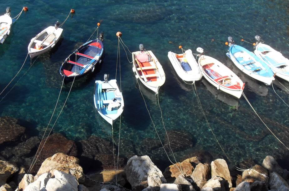 Vista do mar esmeralda e seus barcos de pescadores na cidade de Manarola, Região de Cinque Terre, Itália