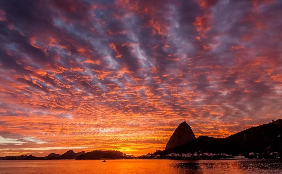 """<strong><a href=""""http://viajeaqui.abril.com.br/cidades/br-rj-rio-de-janeiro"""" rel=""""Rio de Janeiro"""" target=""""_blank"""">Rio de Janeiro</a></strong>    Para passar a Páscoa esbaldando- se nas delícias da Guanabara, este pacote tem três noites no <a href=""""http://copacabanariohotel.com.br/pt/index.php"""" rel=""""Copacabana Rio"""" target=""""_blank"""">Copacabana Rio</a>, um hotel simples, mas bem localizado – a uma quadra da praia de Copa, a quatro do Arpoador e a seis de Ipanema. Inclui aéreo com a TAM via Viracopos na ida (sem traslado até Campinas) e para CGH na volta.    <strong>Quando:</strong> em 18 de abril    <strong>Quem leva:</strong> a <a href=""""http://www.submarinoviagens.com.br/default.aspx"""" rel=""""Submarino"""" target=""""_blank"""">Submarino</a> - (11) 4003-9888    <strong>Quanto:</strong> R$ 1 173"""
