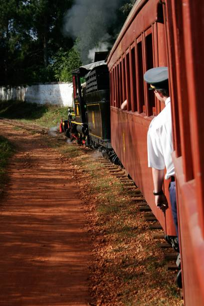 """<strong><a href=""""http://viajeaqui.abril.com.br/estabelecimentos/br-mg-tiradentes-atracao-passeio-de-maria-fumaca-ate-sao-joao-del-rei"""" rel=""""Tiradentes até São João del Rei:"""" target=""""_self"""">Tiradentes (MG) até São João del Rei (MG)</a></strong><br />    <br />    O trem percorre 12 quilômetros em 40 minutos, margeando o Rio das Mortes, com vista da Serra de São José – no sentido Tiradentes/São João del Rei, quem senta do lado direito do vagão observa melhor a paisagem. As saídas acontecem de sexta a domingo (há programação especial nas férias). Sextas e Sábados, saindo de São João del Rei, às 10 horas e às 15 horas (retornos e saídas de Tiradentes às 13 horas e às 17 horas), e domingos, saindo de São João del Rei, às 10 horas e às 13 horas (retornos e saídas de Tiradentes às 11 horas e 14 horas). Em função desses horários, alguns turistas preferem conhecer São João del Rei com calma e voltar de táxi (a corrida custa em torno de R$ 40). O roteiro completo (ida e volta) custa de R$ 50"""
