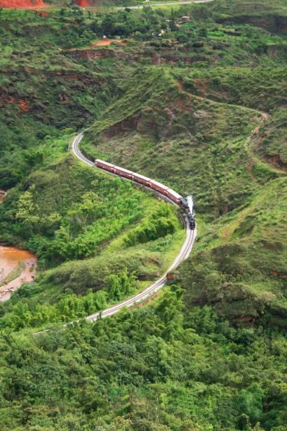 """<strong><a href=""""http://viajeaqui.abril.com.br/estabelecimentos/br-mg-ouro-preto-atracao-passeio-de-maria-fumaca-ate-mariana"""" rel=""""Mariana (MG) até Ouro Preto (MG)"""" target=""""_self"""">Mariana (MG) até Ouro Preto (MG)</a></strong><br />    <br />    Melhor sentar do lado direito, para ver cachoeiras, montanhas cânions e o Ribeirão do Carmo. Ou fique no último vagão, para, na curva, o trem sair bem na foto. A viagem dura uma hora. O passeio completo (ida e volta) custa R$ 50 (só ida, R$ 30 e volta de ônibus, R$ 3,00). No vagão panorâmico, custa R$ 60 o passeio completo e R$ 40 só ida. Saídas de sexta a domingo e feriados, às 8h30 e às 14 horas (de Mariana para Ouro Preto), às 10 horas e às 15h30 (de Ouro Preto para Mariana)"""