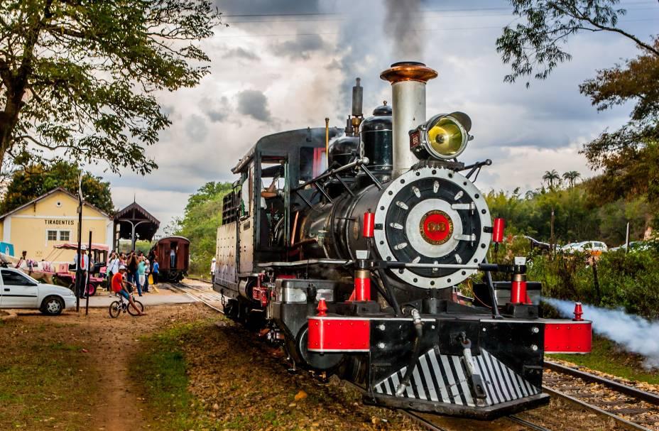 EmTiradentes, é possível pegar um trem e passear até a cidade vizinhaSão João Del Rei, em Minas Gerais