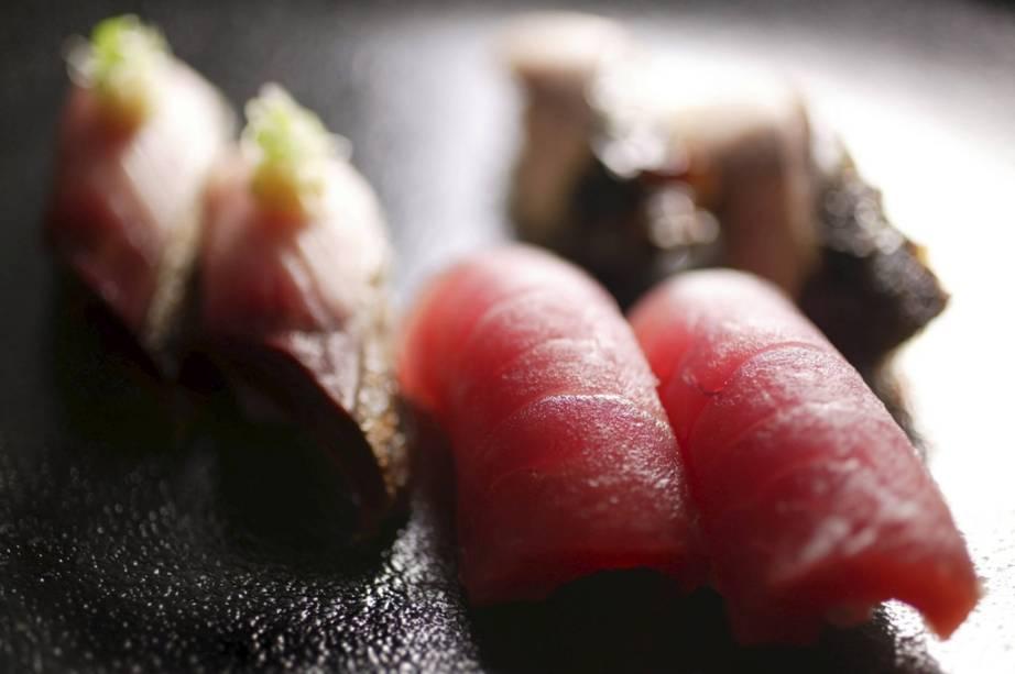 O sushi do tipo nigirizushi é um prato que surgiu nos mercados e ruas de Edo, a atual Tóquio