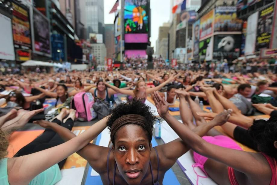 Entusiastas do ioga reúnem-se em Times Square, Nova York, durante as comemorações do início do verão no Hemisfério Norte