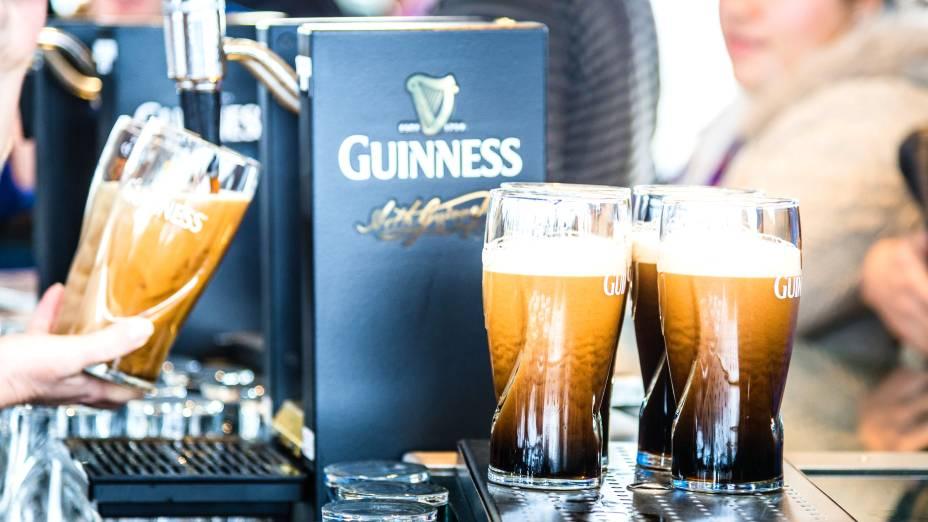 """Velha conhecida dos moradores do país – e do resto do mundo – a <a href=""""http://viajeaqui.abril.com.br/estabelecimentos/irlanda-dublin-atracao-guinness-storehouse"""" rel=""""cerveja Guinness"""">cerveja Guinness</a> é saborosa e bem encorpada. A presença dela é obrigatória nos pubs e até em algumas receitas"""