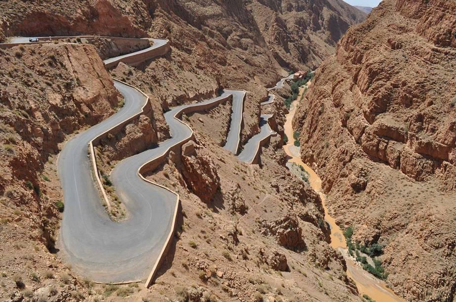 A garganta Dadesé uma estrada sinuosa que encontra-se entre as montanhas Atlas e Anti-Atlas. A paisagem árida do desfiladeiro e as casbás dos povos bérberes são os maiores atrativos da região