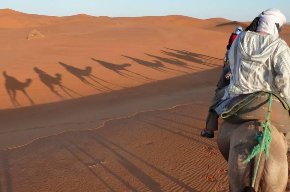 Uma das atividades turísticas do deserto marroquino é passear de camelo
