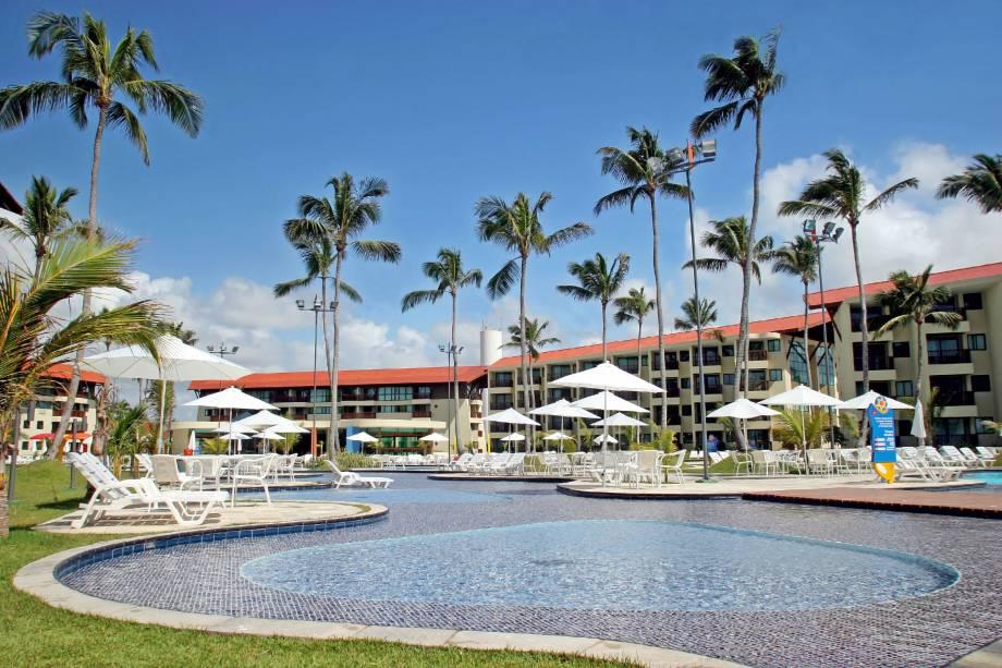 """<a href=""""http://viajeaqui.abril.com.br/estabelecimentos/br-pe-porto-de-galinhas-hospedagem-marulhos-suites"""" rel=""""Resort Marulhos Suítes"""" target=""""_blank""""><strong>Resort Marulhos Suítes</strong></a>Com piscinas envidraçadas nas laterais, verdadeiros """"aquários humanos"""", e áreas de acessibilidade em boa parte de sua extensão, o Marulhos Suítes tem opções de lazer para todas as idades. Além das gincanas entre famílias, o lugar ainda tem playground, Kids Club, quadras de tênis e futebol, sauna e salão de beleza.Também à beira daextensa barreira de arrecifes dapraia do Muro Alto, a 10 quilômetros da Vila de Porto de Galinhas, o Marulhos Suítes também se beneficia das belas piscinas naturais que se formam na borda do mar, uma das atrações imperdíveis de Porto de Galinhas."""