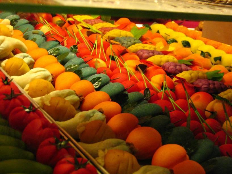 <strong>Doces típicos</strong>Os doces sicilianos são um capítulo à parte: os cannoli já são um clássico, com sua massa fina e crocante recheada com ricota e frutas cristalizadas. Destaque também para as irresistíveis frutas confeccionadas com pasta de amêndoas, moldadas em coloridas e variadas formas. Por fim, há também o pupo cu' ova (ave com ovos, em dialeto siciliano), feito igualmente de marzipan, no formato de uma galinha com seus ovos. É muita tentação.