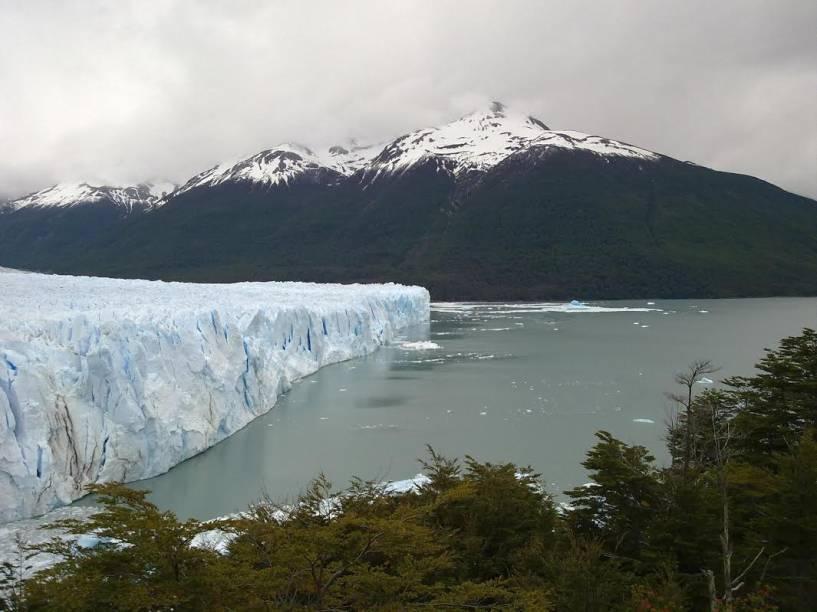 Com 31 quilômetros de extensão e 4 quilômetros de profundidade, a região onde se localiza o glaciar <strong>Perito Moreno</strong> é cercada por passarelas, de onde é possível ver seus cenários. Os barcos que realizam passeios pelo local chegam a até 100 metros de distância das grandes plataformas de gelo
