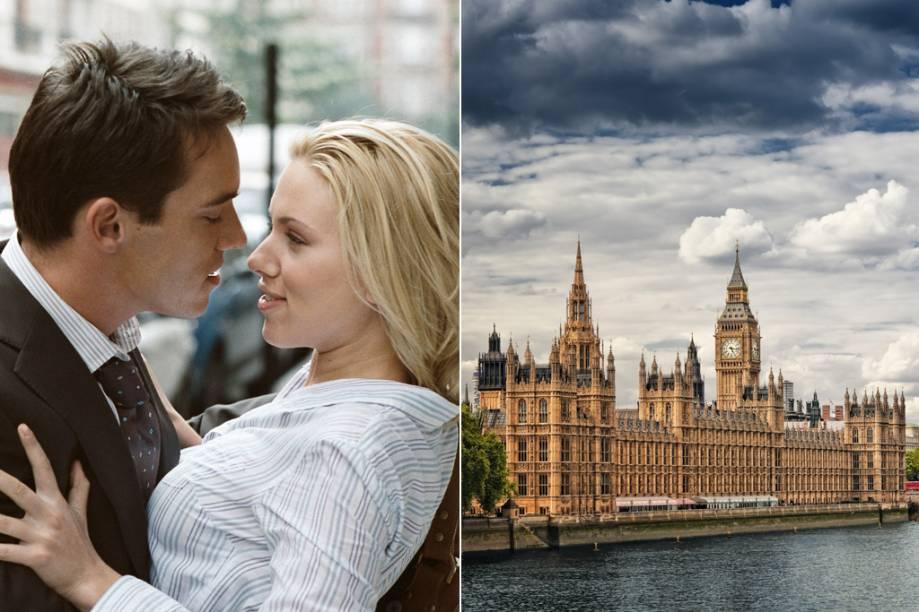 """<strong>Match Point<a href=""""http://viajeaqui.abril.com.br/cidades/reino-unido-londres"""" rel=""""(Londres, Inglaterra)"""">(Londres, Inglaterra)</a></strong><br />Londres é o pano de fundo do triângulo amoroso entre o professor de tênis Chris Wilton (Jonathan Rhys Meyers), sua rica namorada Chloe Hewett (Emily Mortimer) e a sedutora aspirante a atriz Nola Rice (Scarlett Johansson, na foto). Filmado inteiramente na capital britânica, tem como única locação diferente a casa de campo dos Hewett, a antiga<strong>Englefield House</strong>, em<strong>Berkshire</strong>. Entre os pontos londrinos de maior destaque estão o<strong>Parlamento</strong>(à dir.) e o<strong>Covent Garden Hotel</strong>, ponto de encontro dos amantes"""