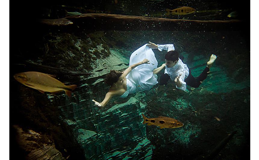 O destino também é procurado para ensaios e casamentos: noivos mergulham no Aquário Encantado, em Nobres, Mato Grosso.