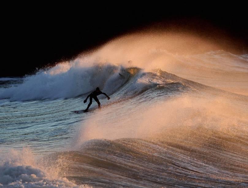 Polzeath, na costa da Cornuália, sudoeste da Inglaterra, possui um swell que agrada os surfistas britânicos. Mas não esqueça seu long john