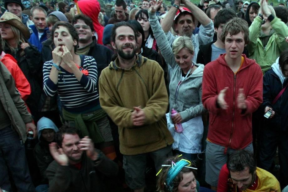 Pessoas reúnem-se durante o solstício de verão em Worthy Farm, Pilton, próximo a Glastonbury. O emblemático festival não acontecerá em 2012 por conta, entre outras razões, dos Jogos Olímpicos de Londres