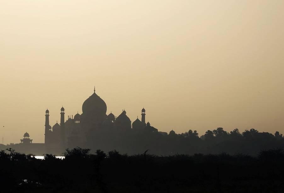 """Quem já esteve frente a frente com obras-primas do gênio humano, coisas como o Alhambra de <a href=""""http://viajeaqui.abril.com.br/cidades/espanha-granada"""" rel=""""Granada """" target=""""_blank"""">Granada </a>ou o <a href=""""http://viajeaqui.abril.com.br/estabelecimentos/india-agra-atracao-taj-mahal"""" rel=""""Taj Mahal"""" target=""""_blank"""">Taj Mahal</a>, esquece-se um pouco do tolo estereótipo que os muçulmanos carregam: extremistas religiosos.<br />        Muito além da imagem de fundamentalismo, o <strong>Islã </strong>é uma cultura riquíssima, que desbravou a ciência, as artes e a arquitetura de forma empírica<br />        e pragmática. A objetividade na busca de soluções aplicadas levou à construção de patrimônios da humanidade que pontilham o globo. Os padrões geométricos dos azulejos ibéricos são frutos diretos dos padrões criados por artistas andaluzes sob o domínio dos califas de <strong>Al-Andalus</strong>. Os próprios idiomas espanhol e português devem ao árabe muito da riqueza de seu léxico: azeitona, arroz, laranja e azeite são apenas algumas das palavras importadas, assim como boa parte daquelas que começam com o sufixo <em>al </em>- alface, alfândega, almofada... A lista é longa.<br />        Portanto, esqueça os estereótipos e viaje conosco por esta pequena mostra de grandes tesouros do <strong>Islã</strong>."""