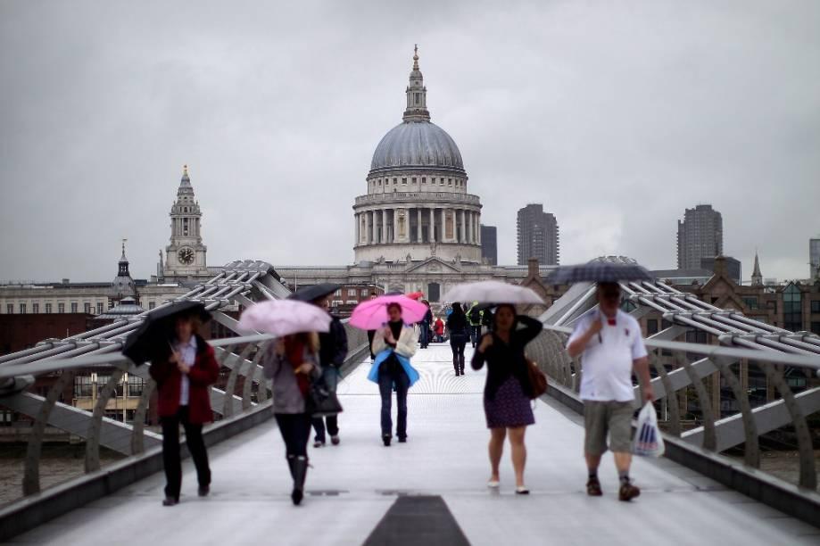 A Catedral de St. Paul, obra-prima de Christopher Wren, vista da Millenium Bridge, em Londres