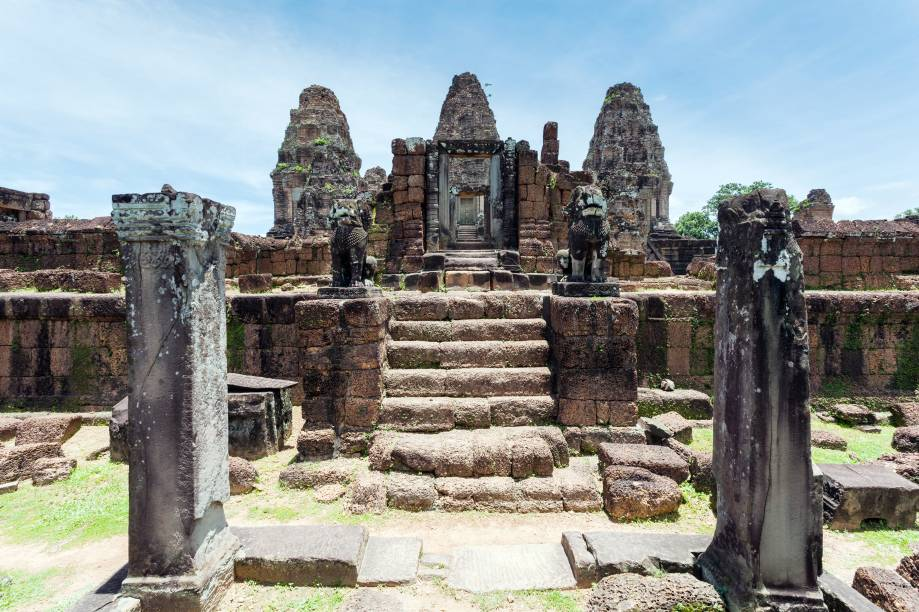 <strong>8. East Mebon</strong>Este templo do século 10 estava localizado no meio de um lago artificial muito grande, que agora está seco. É dedicado ao deus Shiva e chama a atenção devido as suas esculturas, incluindo elefantes de pedra de 2 metros de altura. A área onde ele está é muito ensolarada, pois tudo em volta costumava ser coberto de água: durante o Império Khmer, só era possível chegar até o templo de barco