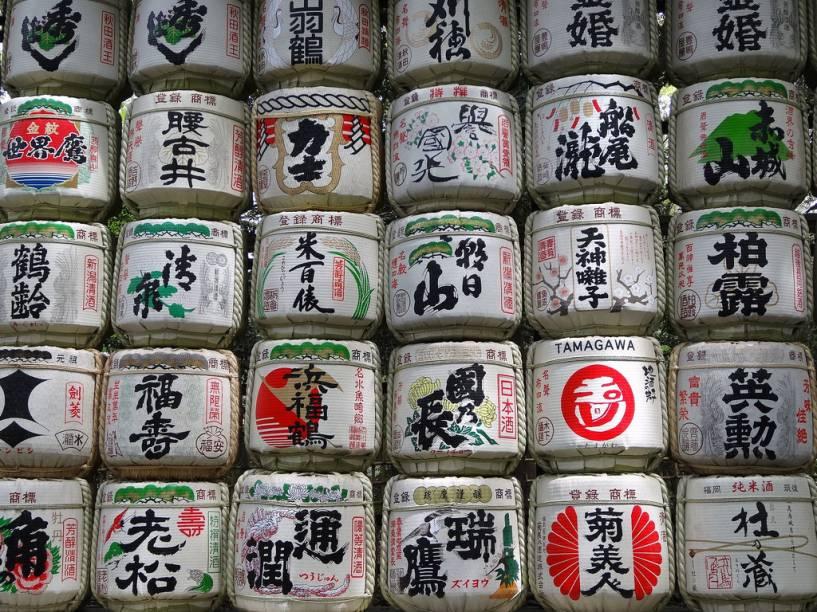 Oferendas na forma de tonéis de saquê no santuário Meiji Jingu