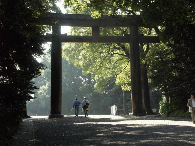 Portal xintoísta no imenso parque do santuário Meiji Jingu, no centro de Tóquio