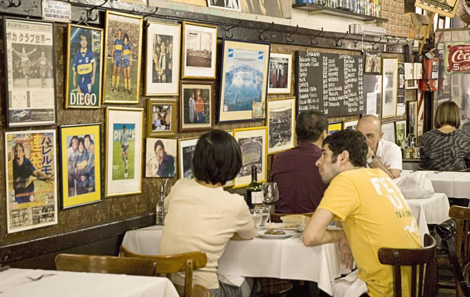 """<a href=""""http://viajeaqui.abril.com.br/estabelecimentos/ar-buenos-aires-restaurante-el-obrero """" rel=""""El Obrero"""" target=""""_blank""""><strong>El Obrero</strong></a>Localizado em La Boca, as paredes do bodegón rústico são forradas por fotos e pôsteres do clube do bairro, o Boca Juniors. E, é claro, Diego Maradona vestindo a camisa azul e amarela. As mesas - bastante concorridas – já acolheram visitantes ilustres como os cineastas Wim Wenders e Francis Ford Coppola. Ainda assim, oferece bife de chorizo e ojo de bife, a preços acessíveis.Site: www.bodegonelobrero.com.arEndereço: Calle Augustín R. Caffarena, 64, La BocaTelefone: + 54 (11) 4362-9912"""