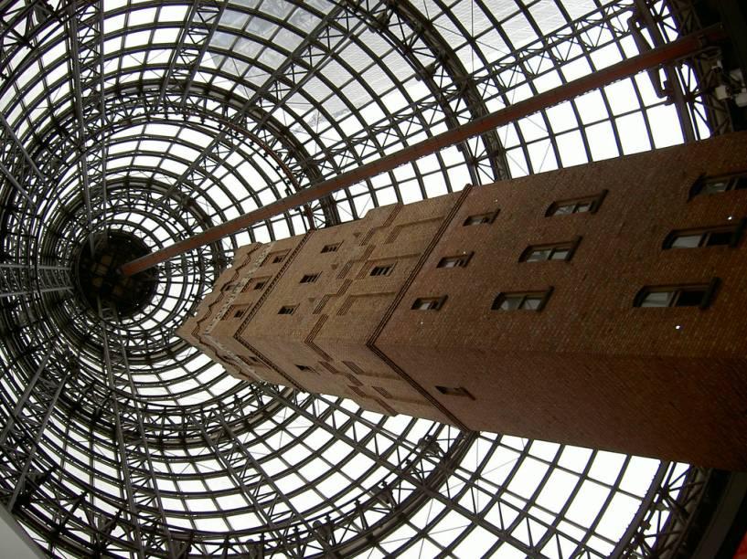O Melbourne Central é um complexo que engloba shopping center e um edifício de escritórios de 57 andares, adjacente à principal estação ferroviária da cidade
