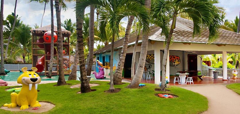"""<strong>Para fazer a criançada feliz</strong>    <a href=""""http://www.melia.com/pt/hoteis/republica-dominicana/punta-cana/melia-caribe-tropical-all-inclusive-beach-and-golf-resort/index.html"""" rel=""""Melià Caribe Tropical"""" target=""""_blank"""">Melià Caribe Tropical</a> (Praia Bávaro). Enquanto os pais relaxam, a criançada disputa corrida de saco, se diverte no miniparque dos Flintstones... Um dos melhores resorts de Punta para levar os filhos, o Melià tem monitoria por faixa etária, dos 8 meses aos 14 anos, recheada de atividades das 10 às 20 horas.    1 138 quartos / 15 restaurantes / 10 piscinas    <a href=""""http://www.booking.com/city/do/punta-cana.pt-br.html?aid=332455&label=viagemabril-puntacana"""" rel=""""Reserve seu resort em Punta Cana pelo booking.com"""" target=""""_blank"""">Reserve seu resort em Punta Cana pelo booking.com</a>"""