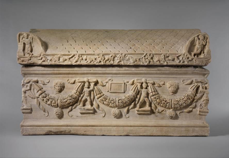 Este sarcófago de mármore com guirlandas foi a primeira peça recebida pelo museu em novembro de 1870 como um presente de J. Abdo Debbas, vice-cônsul americano em Tarsus, região da atual Turquia.