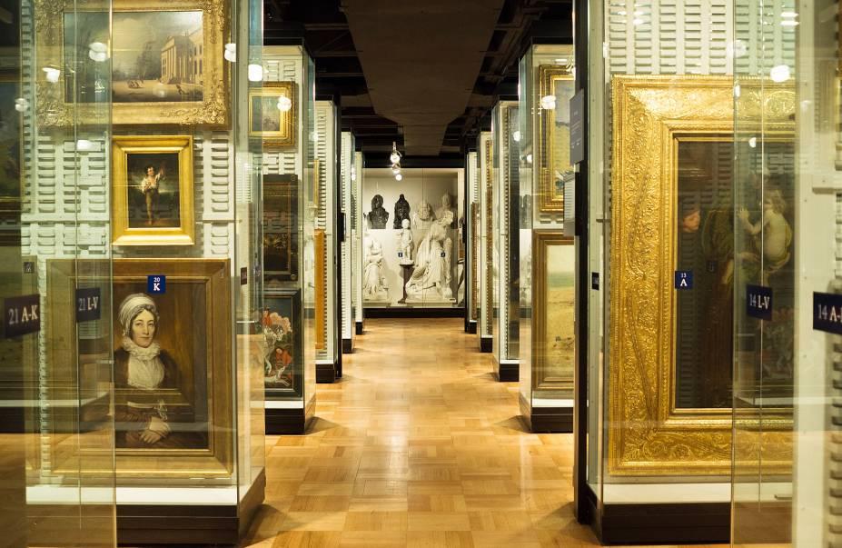 """Dos grandiloquentes museus de arte de Nova York, o Met é o que atravessa mais séculos de história por meio de seu acervo, composto de pinturas europeias de desde os idos de 1200 e de obras, pórticos e relíquias da antiguidade grega, romana, egípcia e assírio-babilônica. A partir de março de 2018 o museu, que antes utilizava o sistema do """"pague o quanto quiser"""", irá cobrar dos visitantes que não residem em Nova York uma entrada fixa deUS$ 25. O sistema de preço sugerido<span>vai continuar funcionando para cidadãos nova-iorquinos, porém agora, eles serão solicitados a apresentar um comprovante de residência.</span><strong>Pague """"o quanto quiser"""" diariamente apenas para cidadãos nova-iorquinos</strong><em>(entrada regular: US$ 25).</em>"""