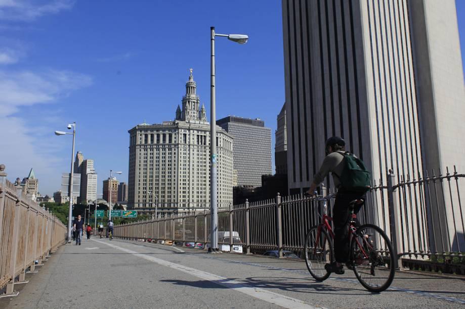 Os pontos mais famosos para pedalar em Nova York são a Ponte do Brooklyn, o Central Park, as margens do Rio Hudson e a Governors Island. A cidade dispõe hoje de 400 quilômetros de ciclovias, rotas e vias verdes, livres do trânsito de carros. Empresas como a BikeandRoll, a Bike The Big Apple e a BikeRental Central Park locam bicicletas e organizam tours por diversas área de Manhattan, como Chinatown e o Central Park