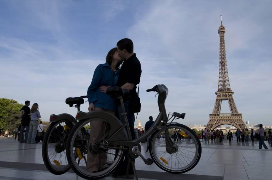 Paris tem o maior sistema de empréstimo de bicicletas no mundo, o Vélib. Em julho de 2011, o serviço completou quatro anos e comemorou números significativos: 100 milhões de viagens, 20.000 bicicletas à disposição em 1.800 estações de aluguel e mais de 180.000 assinantes no ano. Tanta movimentação faz todo sentido para uma cidade como Paris, que é repleta de ciclovias - espera-se chegar a 700 quilômetros até 2014 - e de inspiradores cenários
