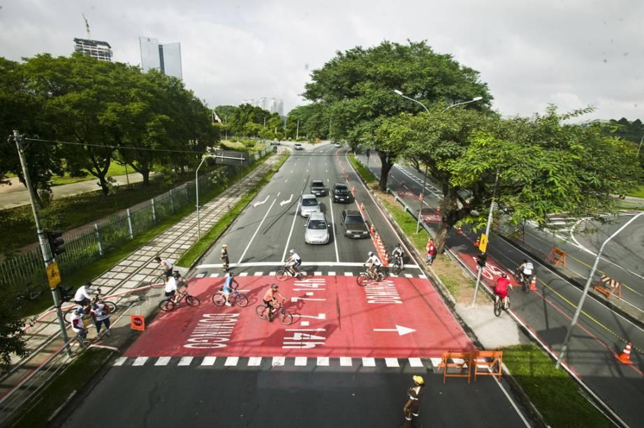 Com mais de 7 milhões de automóveis circulando diariamente por suas vias, São Paulo vem, pouco a pouco, cedendo espaço para as bicicletas. Uma iniciativa criada em agosto de 2009 é a CicloFaixa, um percurso de 51 quilômetros em ruas e avenidas das quatro regiões da cidade. O trajeto integra o futuro Parque Clube do Chuvisco aos já existentes Villa-Lobos, do Povo, das Bicicletas e do Ibirapuera, e funciona aos domingos e feriados, entre 7h e 16h.    Uma faixa de rolamento de trechos da Faria Lima, Cidade Jardim, entre outras importantes artérias da cidade, fica reservada aos ciclistas, que pedalam sob orientação de 500 fiscais e protegidos por cones e placas de sinalização.