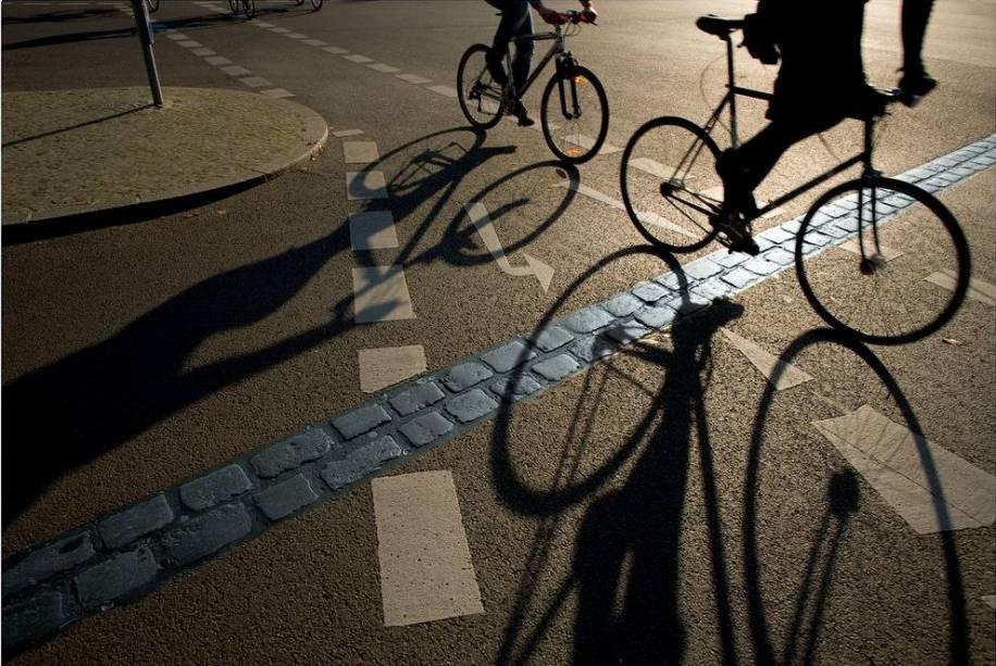 """Os 650 quilômetros de ciclovias da plana <a href=""""http://viajeaqui.abril.com.br/cidades/alemanha-berlim"""" rel=""""Berlim"""" target=""""_blank""""><strong>Berlim</strong></a> são interligados a diversos pontos de interesse de turistas. Um circuito de 160 quilômetros passa por diferentes áreas nas quais ainda restam fragmentos do histórico Muro de Berlim. Ciclistas com mais fôlego podem partir da capital alemã e seguir até Copenhague, na Dinamarca, numa empreitada de cerca de 650 quilômetros por ciclovias e áreas destinadas à circulação de bicicletas. O site oficial de turismo da Alemanha apresenta diferentes rotas de viagem para os praticantes de cicloturismo em todo o país"""