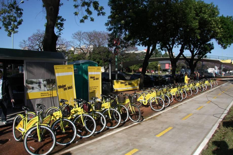 Buenos Aires tem atualmente 70 quilômetros de ciclovias, que ligam locais como o bairro de Retiro, o Parque Lezama (em Santelmo), Puerto Madero e Palermo Viejo. Esses trajetos fazem parte do projeto governamental Mejor em Bici, que inclui também um serviço de empréstimo gratuito de bicicletas. Depois de fazer o cadastro, é possível utilizar por duas horas um dos 500 veículos disponíveis. O serviço funciona de segunda a sexta-feira, das 8 às 20 horas, e aos sábados, das 9 às 15 horas, em dezessete pontos da cidade. Em operação desde 2004, a empresa La Bicicleta Naranja aluga bicicletas para passeios e organiza biketours por importantes pontos da capital argentina