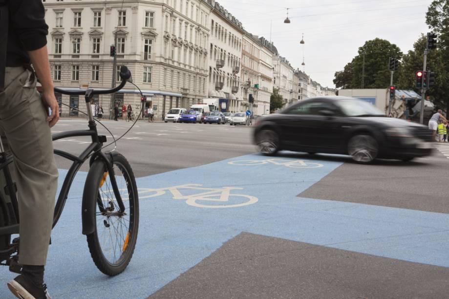 Copenhague tem 350 quilômetros de ciclovias e 40 quilômetros de ciclovias verdes, que são exclusivas para o trânsito de bicicleta, sem nenhum contato com automóveis. E ainda há projetos para a ampliação desse sistema nos próximos anos. Atualmente, 37% da população da cidade se locomove sobre pedais. A meta local é que até 2015 esse número alcance metade dos habitantes. A cidade é um dos poucos lugares do mundo a contar com um sistema de semáforos específico para ciclistas
